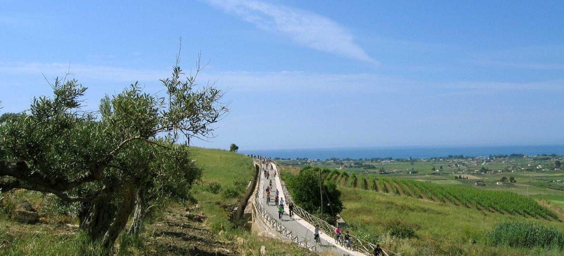 Menfi, sulla spiaggia bandiera blu e in bicicletta lungo la strada del vino.