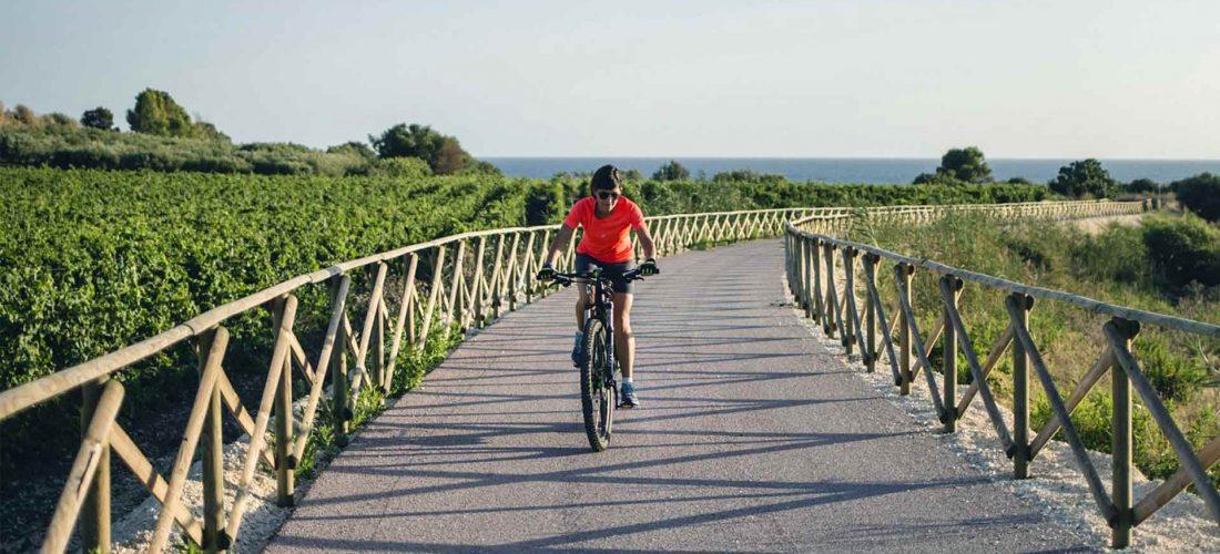 MENFI in Sicilia<br> sulla spiaggia bandiera blu e in bicicletta lungo la strada del vino.